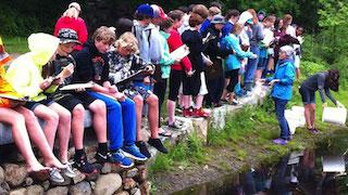 MB_kids-sitting-wall